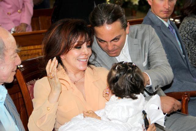 Verónica Castro y 'El loco' Valdés, juntos en el bautizo de su nieta.
