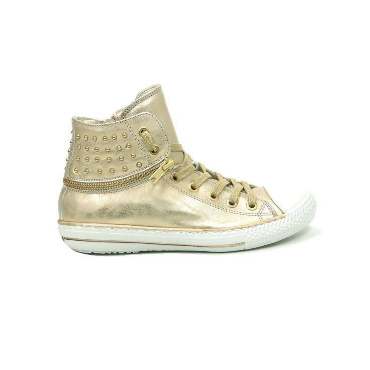 Stoere meisjes laarzen van HIP, model H1076! Uitgevoerd in goud glad leer met op de hiel een gouden sierrits en gouden studs. Deze gympen worden gesloten met een veter en een rits met klittenband bovenaan, dus makkelijk aan en uit te trekken. Deze sneakers zijn helemaal van leer met een rubber loopzool en een rubber neus. Deze gympen zijn helemaal geschikt voor de stoere meid die daarnaast toch ook wel van goud en glitter houdt.