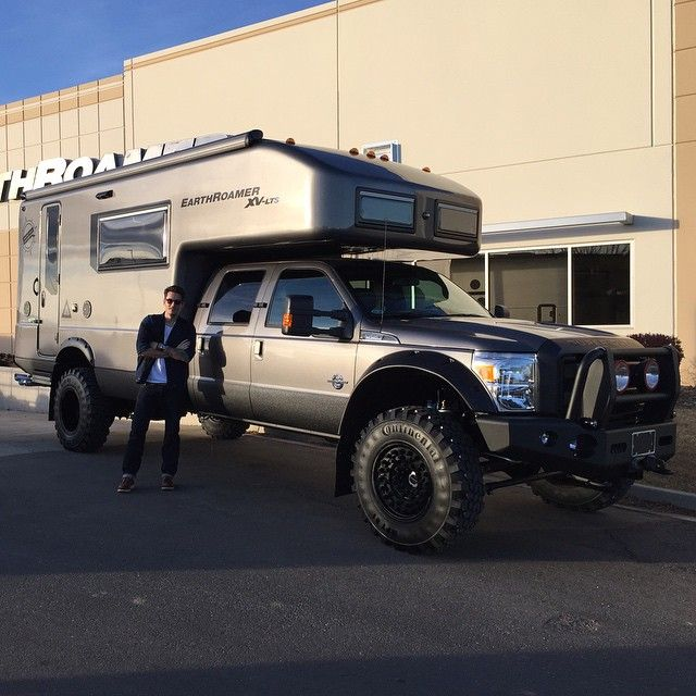 ford-earthroamer-xv This beast is based off a Ford F-550 and uses a 6.7L turbo diesel Power Stroke V8 to propel it's many ton chassis.