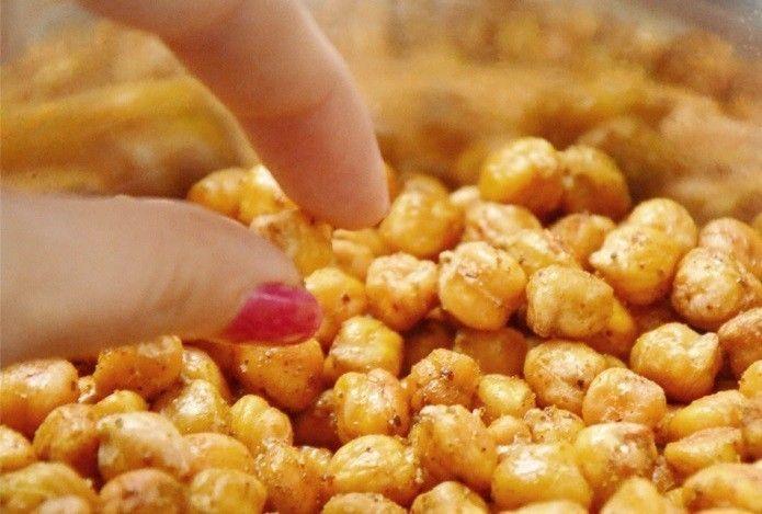 INGREDIENTES 250 gramas de grão de bico secos (ou a quantidade que você desejar) 1 colher de sopa de curry em pó (pode ser picante) Sal 3 colheres de sopa de azeite de oliva MODO DE PREPARO 1 – Deixe o grão de bico de molho de um dia para o outro. 2 – No …