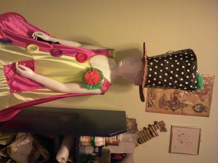 sombrero payaso de cartulina forrado en papel regalo reciclado y traje terminado