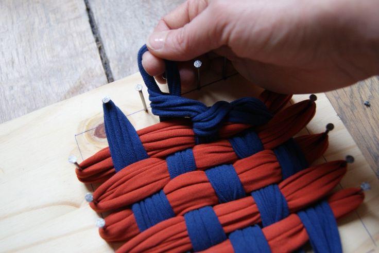 Utiliser nos vieux Tshirts pour fabriquer des lavettes ou éponges de qualité....