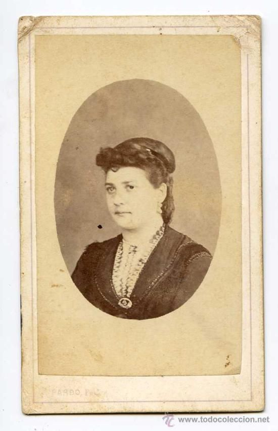 Dolores Gil de Pardo #photography @Qomomolo (via www.todocoleccion...) Retrato de dama, Fotografía de Dolores Gil de Pardo, Olot Girona. Albúmina CDV 1870 Mujer fotógrafa