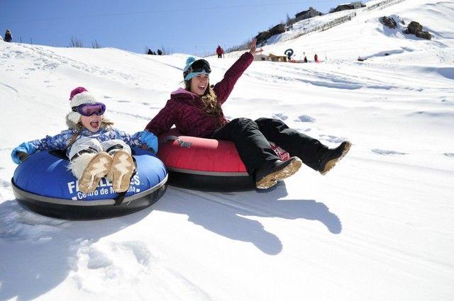 Disfrutando con el tubing centro de esqui Farellones, diversión para toda la familia