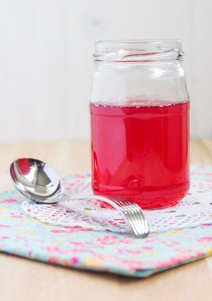 Rabarberbonanzan för någon helg sedan resulterade bland annat i denna ljuvliga rabarbersirap. Ringla den över pannkakorna, glassen eller blanda en drink.