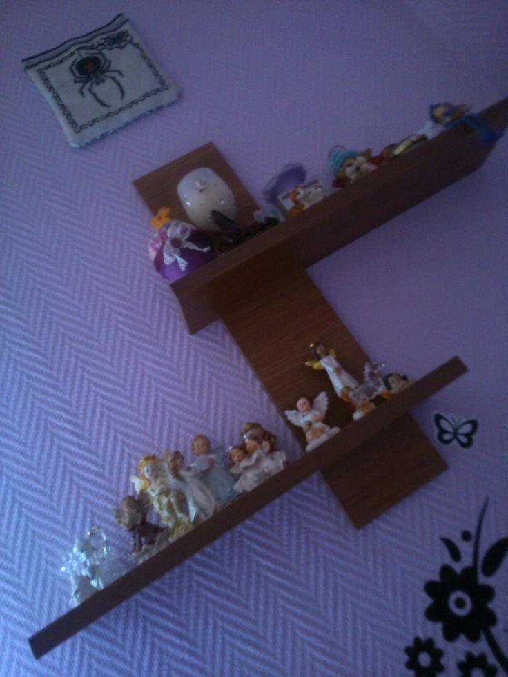 Angyal gyűjtemény, egy polcon ami a falhoz kötődik!