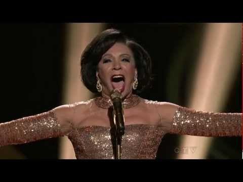 ▶ Shirley Bassey - Goldfinger (50 Years Of Bond) - YouTube
