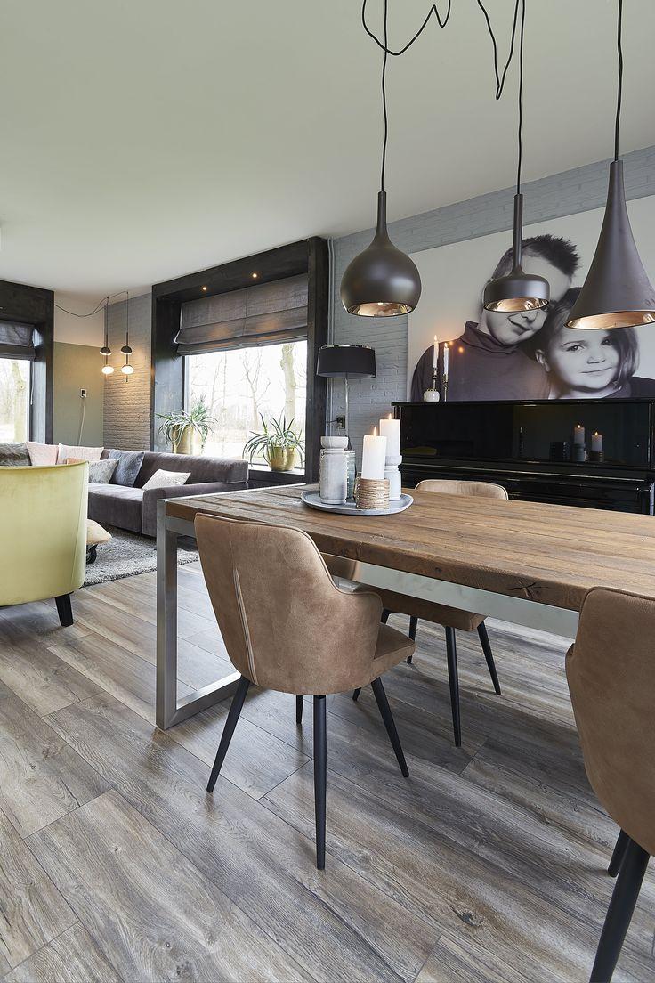 Eettafel Yosimite is een moderne eettafel. Deze tafel heeft een reclaimed oak tafelblad en is gecombineerd met een geborsteld stalen onderstel voor een stoere twist. Deze eettafel wordt op ambachtelijke wijze in Nederland geproduceerd.