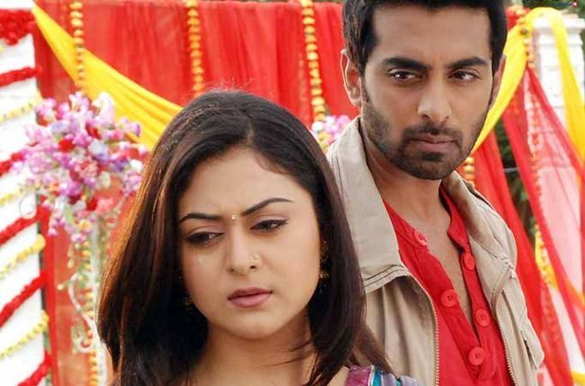 By threatening to hurt his wife Jhanvi (Falaq Naaz) every now and then, Shaurya (Rohit Khurana) has made life difficult for Roli (Avika Gor) in Colors' Sasural Simar Ka (Rashmi Sharma Productions).  As seen so far, Roli has been trying to protect Jhanvi.