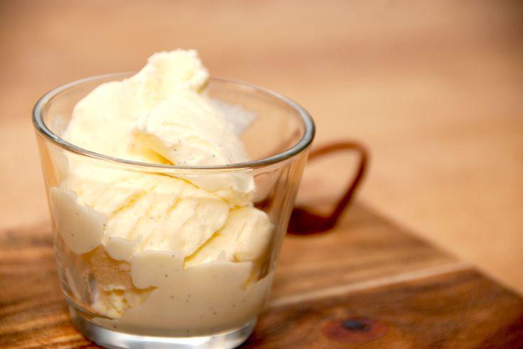 Opskrift på cremet is med kondenseret mælk. Isen laves med ægte vanilje og flødeskum, og den krystalliserer ikke. Du kan nemt lave en cremet is uden at bruge ismaskine. Bland kondenseret mælk med f…