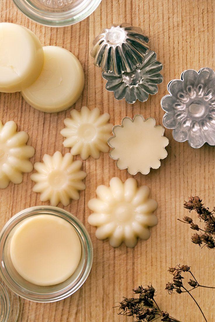 [ DIY lotionbars ] 80 g virgin kokosolja / 80 g gult bivax / 80 g sheasmör Paradoxa / ca 1-2 ml eterisk olja | Smält kokosolja & sheasmör i vattenbad i värmetålig behållare m pip (lätt hälla upp). När de är flytande + temp ca 65°, häll i bivax, rör tills allting smält. Svalna ngt, ej för mycket, ska vara flytande för att hällas upp i formar. Precis innan du häller, droppa i eteriska oljorna, rör om. Häll upp i formar. Gör inte för stora, då blir de svåra att hantera. Svalna helt i rumstemp.