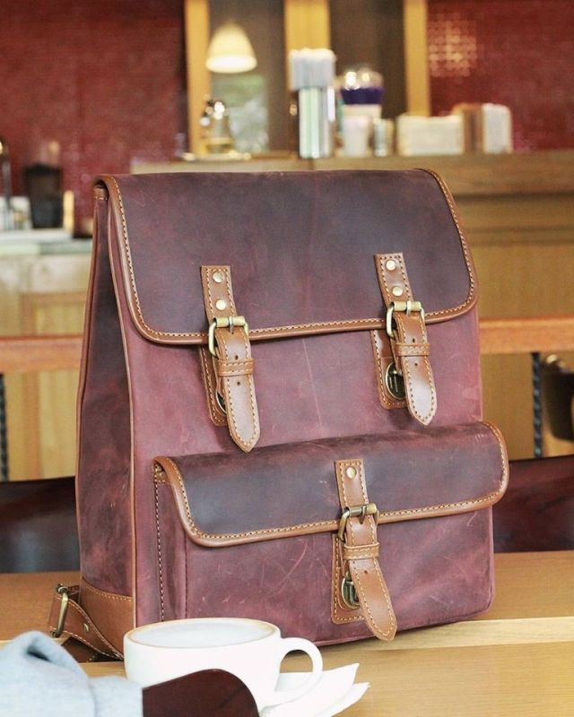 Art. Code: UNISEX BACKPACK CH BURGUNDI LEATHER Size : 38 cm (15) diagonal width Detail : - One big pocket in front - Two side pocket - One top front pocket (unzip) - Two main compartment - Two main compartment for your 14 laptop in the back compartment Colour : Marron Material : CH leather