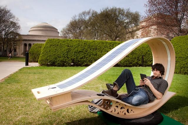 Espreguiçadeira de madeira, com energia solar para uso de equipamentos eletrônicos. Desenvolvida pelo MIT Boston.