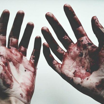 — Eram apenas pessoas inocentes! - disse Lucy chorando, suplicando pelas vidas. — Não, não eram apenas inocentes. Havia culpados, assassinos, ladrões, e o pior é que ainda nem comecei com minha missão. - disse á ela em tom seco. — Killer, eu odeio você... — Era tudo o que eu queria ouvir... Obrigado Lucya Hanks, por me fortalecer. (Livro 3 da Saga The Psychopath - Amor Insano. ) Confira no Wattpad, perfil para seguir Lord_Lilith.