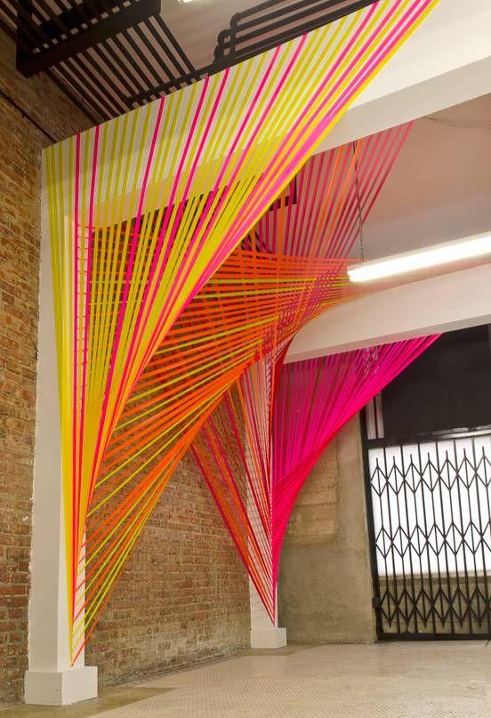 É uma instalação da artista plástica Megan Geckler , feita com ganchos e fita de demarcação não-adesiva.      Mas tem a graça e o encanto...