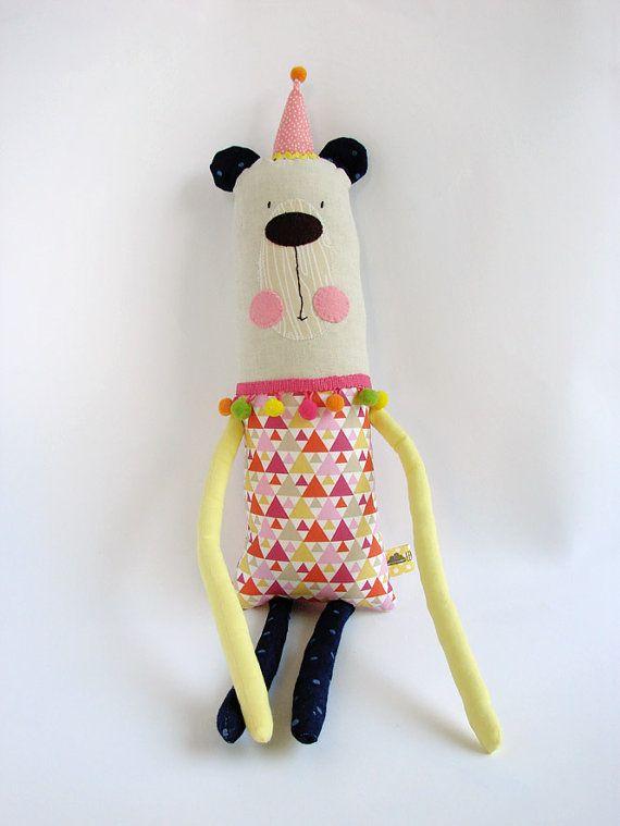 """CuddleΑρκουδάκι  Το αρκούδακι ανήκει στην οικογένεια των """"Cuddlers"""".  Πρόκειται για χειροποίητο μαλακό παιχνίδι, το οποίο έχει κατασκευαστεί από εξαιρετικής ποιότηταςυφάσματα.  Το ακριβές μέγεθος από το κεφάλι μέχρι τα πόδια είναι 56Y x 12Π.  Κάθε παιχνίδι ε"""