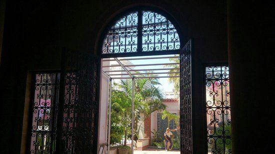 casa de la amistad havana cuba | Pórtico que lleva a un jardín lateral, la casa esta construida en el ...