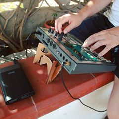 #Repost @andreamilana ・・・ A very !HOT! day (37°C) with my trusty  ES-1 🏖 Now battery powered☝🏻⛽️‼️and supported -of course- by a @cremacaffeshop KOLIBRI stand 🖖🏻 http://cremacaffedesign.com/kolibri/  #korg #electribe #es1 #oldschool #electronicmusic #cremacaffedesign #kolibristand #digitalnomad #musicianlife #toohot! ☀️😛💦