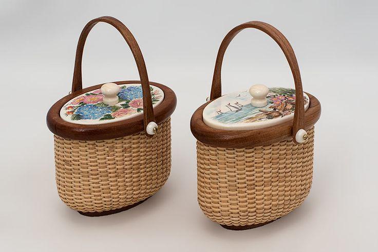 """Миниатюрный Овал """"Док Маги"""" Стиль Нантакет корзины доступны с различными scrimshawed крышками из слоновой кости, каждая из вишневого дерева ручкой, обода, и основание.  Тканые художника Джанет Карро.  Ширина 2 1/2 дюйма, глубина 2 дюйма."""