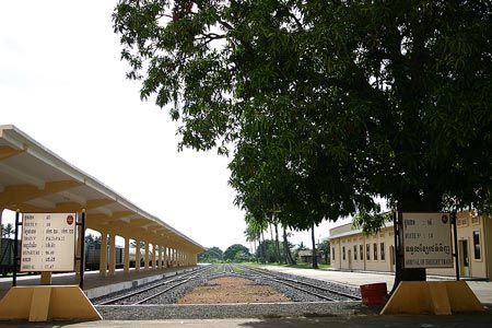 ガイドブックによれば、この頃は隔日で長距離旅客列車が運行されていたという。内戦で荒廃したこの鉄道に、いつの日か、乗客の賑わいは戻るのだろうか。2004/9 カンボジア王立鉄道 Royal Railways of Cambodia プノンペン駅 Phnom Penh Station(カンボジア王国 Kingdom of Cambodia)© 2010 風旅記(M.M.) 風旅記以外への転載はできません...