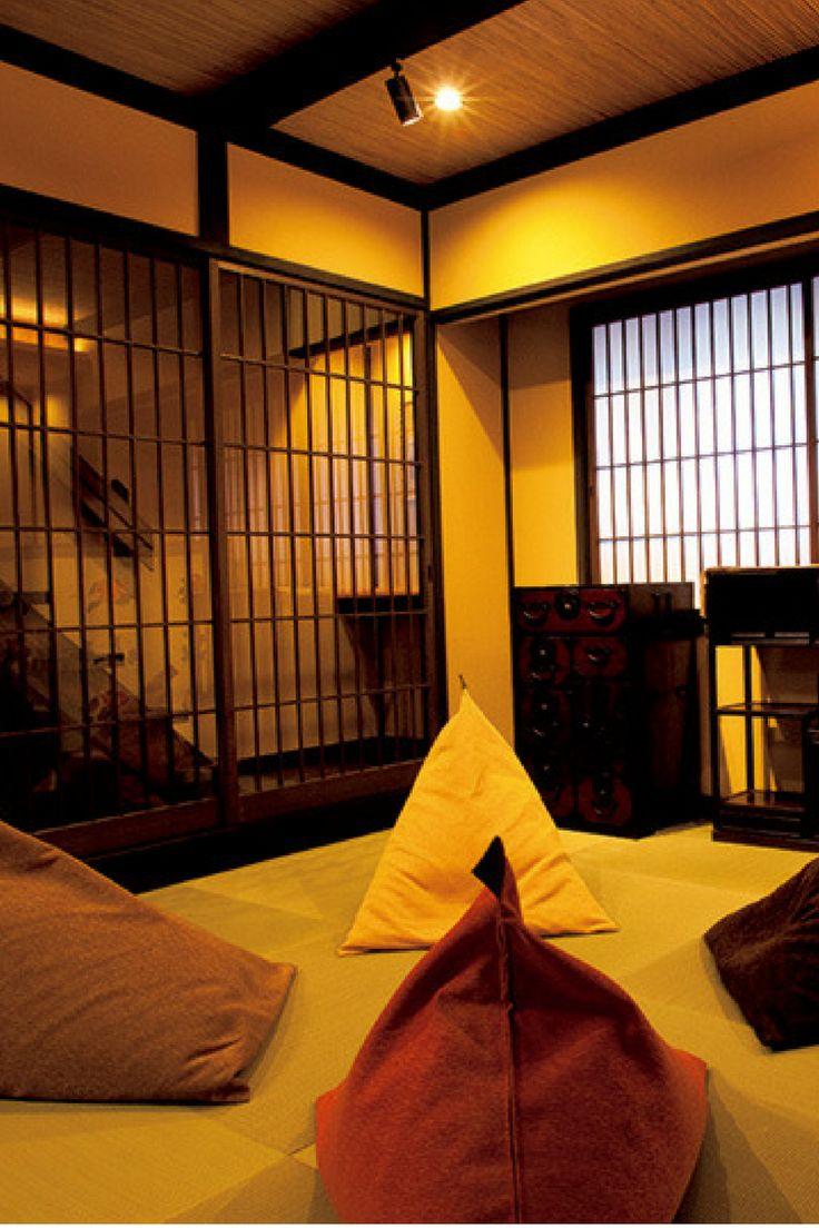琉球畳が敷かれた和室の多目的スペース。屏風が京都感を盛り上げる。置かれた大きなクッションは『tetra』。  http://gqjapan.jp/life/travel/20160913/new-way-of-stay-in-kyoto#pages/2