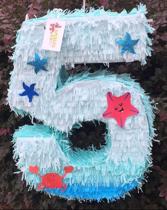 Número cinco piñata con el tema del mar