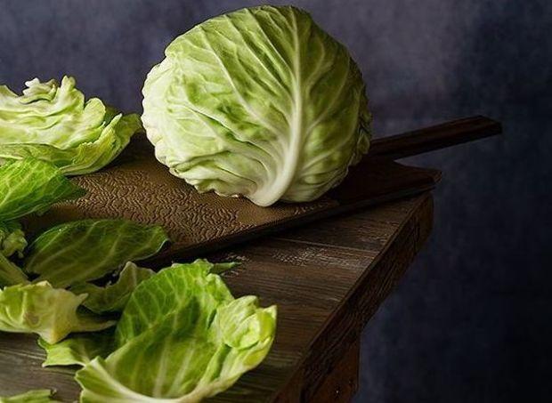 Olcsó és hatásos fogyasztószert keresel? Irány a zöldséges, vegyél egy nagy fej káposztát! Ennél jobb alapanyagot ugyanis keresve sem talá...