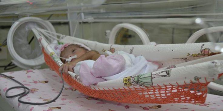 """Em um linda iniciativa, o Hospital Cassiano Antonio Moraes, de Vitória (ES), colocou redes de balanço nas incubadoras na Unidade de Tratamento Intensivo Neonatal. As redes comprovadamente acalmam os bebês e dessa forma eles buscam humanizar o tratamento dado às crianças que nascem antes da 37ª semana de gestação. Isso acontece, pois os pequenos se...<br /><a class=""""more-link""""…"""