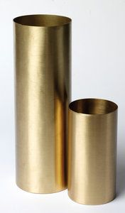 Mooie en eenvoudige cilinder vaas van H. Skjalm P metmatte messing finish. Combineer deze vaas mooi metkandelaar Brass.Voeg stijl toe aan je interieur ...