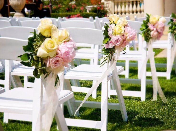 O que me encantou nesta foto foi como os bouquets combinaram com a grama e os laços com as cadeiras. É algo simples, embora arrumado e de bom gosto, delicado