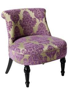 Ein massives Holzgestell trägt einen Sitz mit lila Ornamenten auf goldenem Grund - in diesem Sessel sitzt Du wie ein König.