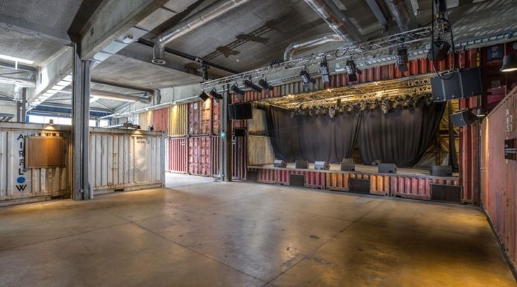 El estudio Savioz Fabrizzi Architects optó por contenedores para revestir las paredes de la sala de conciertos Le Port Franc