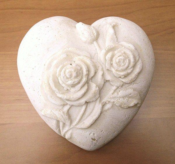 Ceramiczne serce z płaskorzeźbą Róże. Ciekawe i oryginalne.