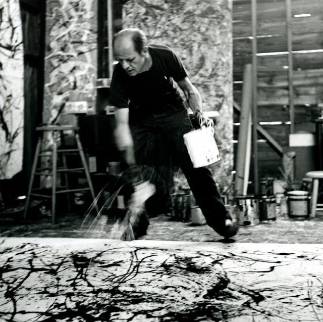 Jackson Pollock en plein travail - ses techniques - jeter de la peinture, percer des seaux et laisser le geste et la matière faire le reste