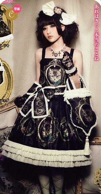 Beautiful gothic Lolita.