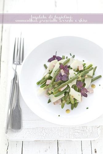 insalata di fagiolini, prosiutto arrosto, emmenthal e foglie di Shiso su www.pane-burro.blogspot.com