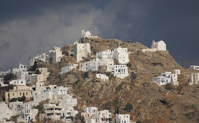 Η Χώρα Σερίφου, γαντζωμένη σε λόφο πάνω από το λιμάνι της Σερίφου, το Λιβάδι! http://diakopes.in.gr/afieromata/dutikeskyklades/article/?aid=208338 #travel #greece #island #serifos