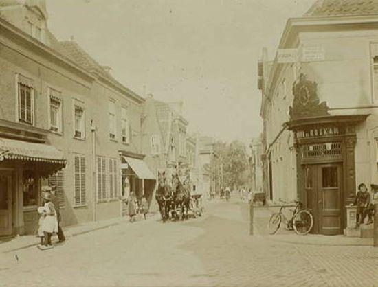 Emmastraat in Loosduinen met rechts hotel De Roskam op de hoek van de Willem III straat.