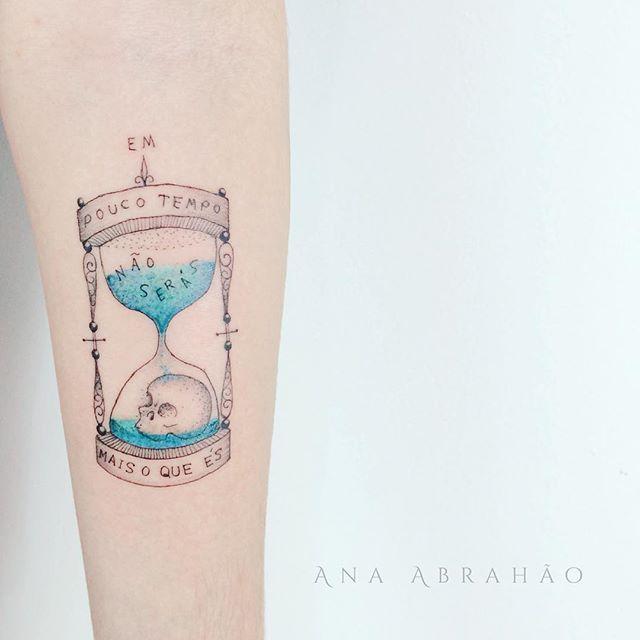 O U Ç A - M E. B E M  Em pouco tempo não serás mais o que és! Uma homenagem ao digníssimo Cartola que aproveitou muito bem o seu tempo produzindo canções que não podem ser esquecidas pelo tempo.  Muito obrigada Julia, aproveite bem o seu tempo, porque se não ja sabe! ❤️⌛️  #art #tempo #anaabrahao #astattooistas #tattoo #tatouage #tatuagem #tattrx #inspiration #cartola #ampulheta #arte #agua