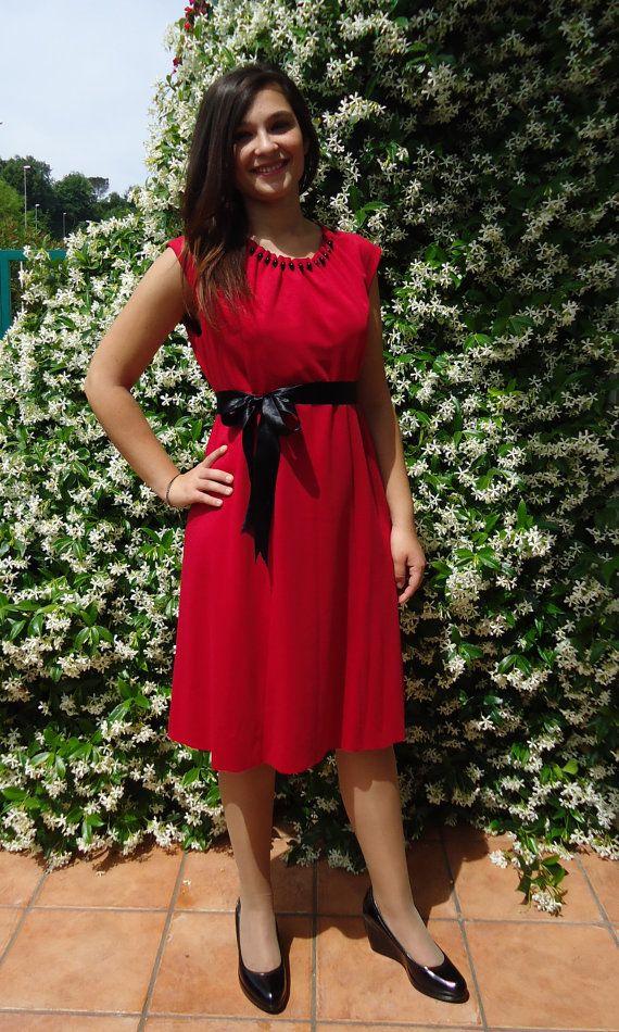 Abito&gioiello con collana di onice nero, abito rosso elegante