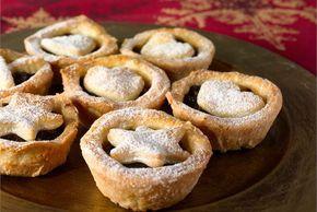 Manteliset luumupiiraat ✦ Luumupiiraiden täytteessä maistuu luumu ja omena. Valmista näitä pieniä, herkullisia piiraita, kun haluat vaihtelua perinteisiin joulutorttuihin. http://www.valio.fi/reseptit/manteliset-luumupiiraat/
