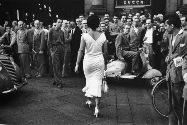 """Curata da Raffaella Ferrari e Daria Jorioz, l'esposizione propone 36 fotografie """"vintage print"""" in bianco e nero e 12 a colori che descrivono la vita attraverso il suo gesto più conosciuto e abitudinario, il bacio, un'azione che, a volte, racconta molto più di mille parole."""