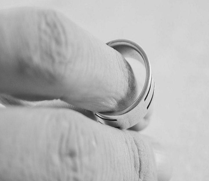 تفسير الطلاق في الحلم للمتزوجة والعزباء لابن سيرين موقع مصري Rings Silver Rings Wedding Rings