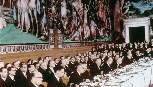 Le 25 mars 1957, à Rome, les représentants de six pays jettent les bases de l'Union européenne actuelle. Ce succès résulte de la volonté de paix affichée par les dirigeants de l'après-guerre