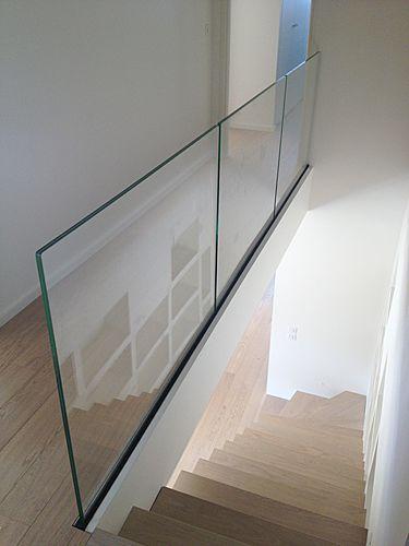 Raily clear glass railing. Vidrio fijado solo al piso como baranda hacia escalera