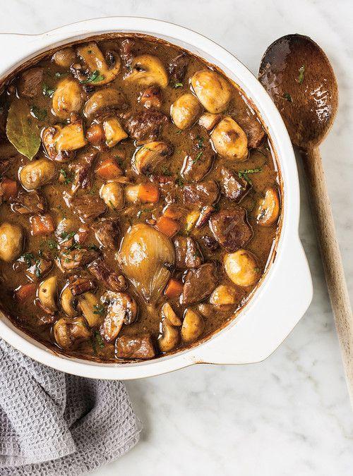 Le bœuf bourguignon est une estouffade de bœuf traditionnelle de la cuisine bourguignonne, cuisinée au vin rouge de Bourgogne et accompagnée en garniture de champignons, petits oignons et lardons.