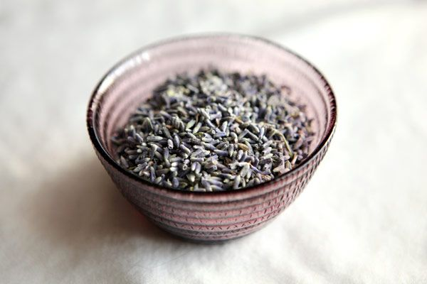 homemade lavender extract - http://semisweetie.com/vegan/homemade-lavender-extract/