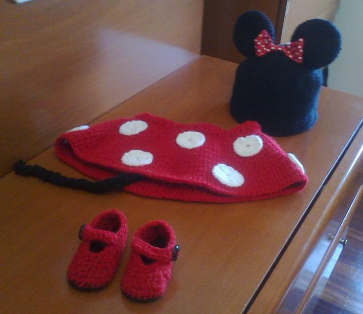 Hermoso conjunto de Mimi ( Minnie ) Mouse tejido a Crochet compuesto por: Gorro (con orejas rellenas) Falda (con cinto ajustable) y Patucos (rojo con suela negra) Calidad Excelente!!! Elaborado artesanalmente. para ver mas imagenes del conjunto: http://www.actiweb.es/gorrosybufandas/conjuntos_para_bebe.html