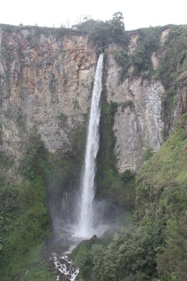 Cascade Sipiso Piso de 120 mètres de haut. La cascade se jette dans le lac Toba, Indonésie.