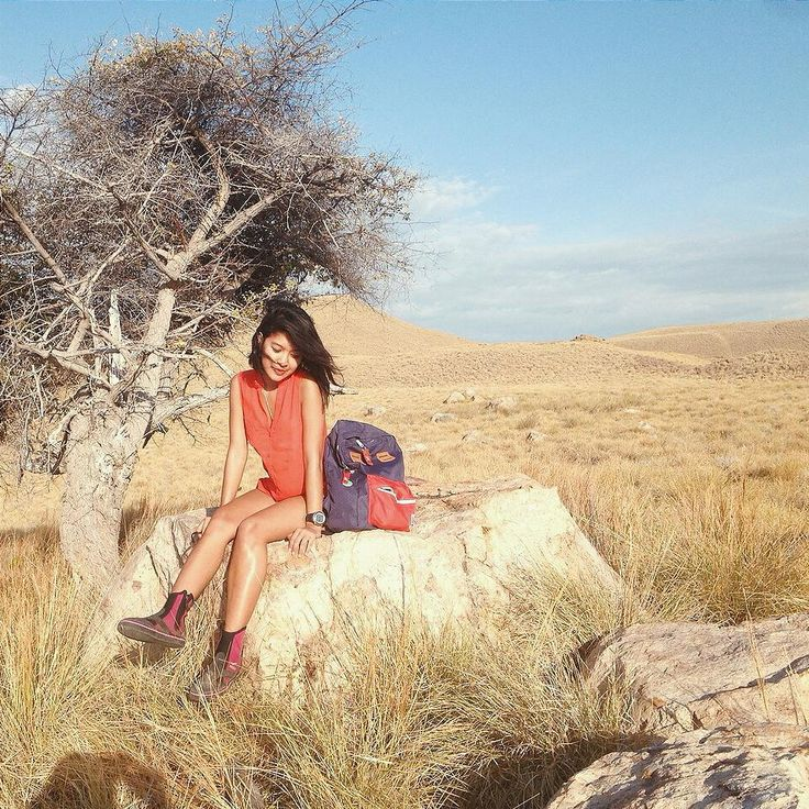 The beautiful presenter of explore indonesia kompas tv @dayuhatmanti use backpack red navy from @CubTravelers when she traveling in komodo island.